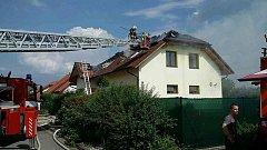 Požár fotovoltaických panelů na střeše rodinného domu v Hoděšovicích. Škoda přesáhne jeden milion korun.
