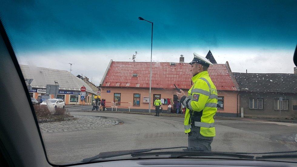 Policie reguluje dopravu ve snaze zajistit volný průjezd záchranným složkám k nemocnicím.