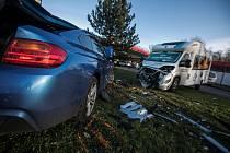 Řidič při vjezdu na čerpací stanici neodhadl rychlost a skončil ve vystavených autech.