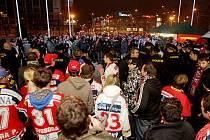 """Poslední extempore hradeckých """"ultras"""" před pardubickou ČEZ Arenou bylo letos v lednu. Hradečtí prý chtěli na  zápas, kam ale přišli bez lístků. Od haly je musela vyprovodit policie."""