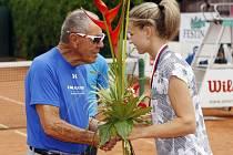 Slavný americký  trenér  Nick Bollettieri gratuloval vítězce letošního 87. ročníku Pardubické juniorky Karolíně Muchové. Bollettieri stál za úspěchy hráčů, jako byl třeba Andre Agassi, Jim Courier, Monika Selešová nebo Mary Pierceová.