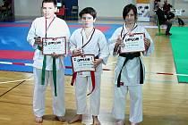 TŘI = TŘI... Vincent Šemljanskij (vlevo), Marek Smolař i Sabina Josková (vpravo) získali na Velké ceně Trutnova cenný kov.  Foto: oddíl