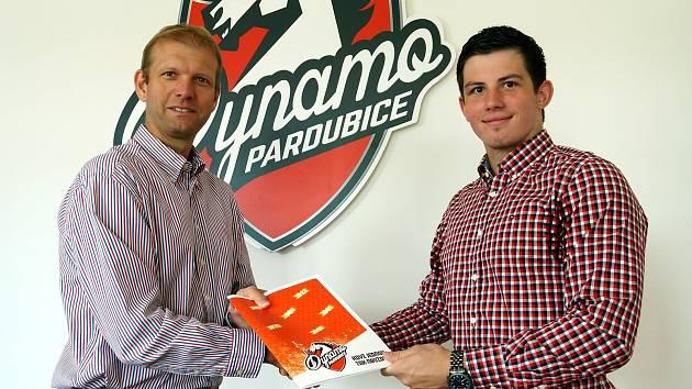 Hokejový útočník Jan Mandát podepsal roční kontrakt s Pardubicemi (na snímku s Dušanem Salfickým, generálním manažerem Dynama). Foto: HC Dynamo Pardubice