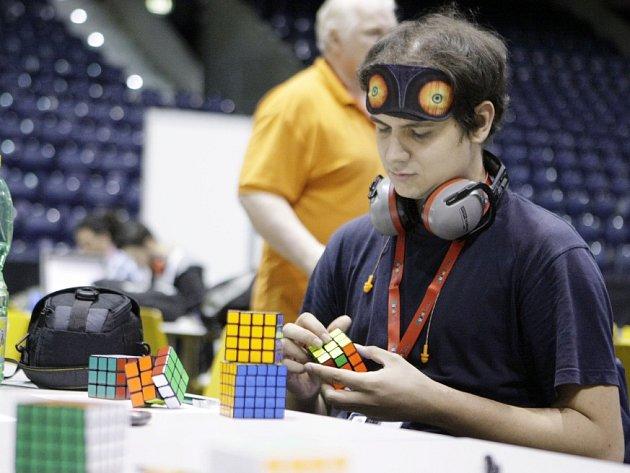 LAIK SE DIVÍ, ODBORNÍK SI MNE RUCE. Kdo nesleduje dění v oblasti Rubikovy kostky, asi nechápe, kolik že to disciplín existuje. Názornou ukázkou tohoto netradičního sportovního odvětví jsou soutěže na festivalu Czech.