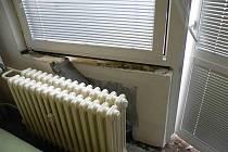 Výbuch dokonce poškodil i stěny bytu
