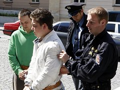Mají toho na kontě hodně: zapálení desítek popelni i loupežná přepadní. Dvojici pachatelů policisté eskortovali od soudu rovnou do vazby.