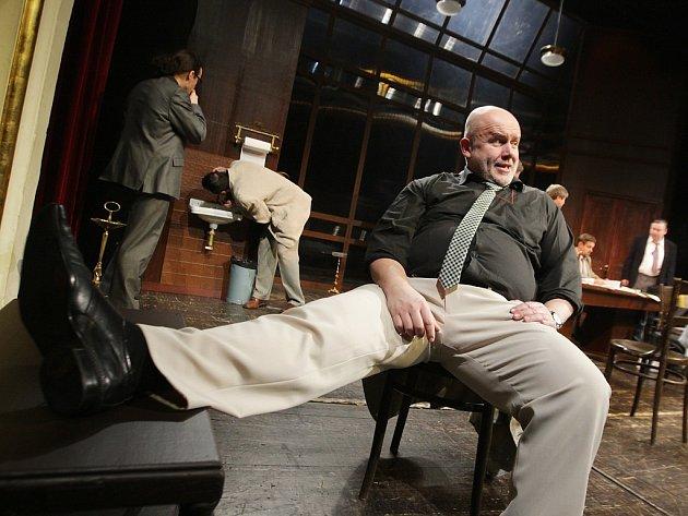 Josef Vrána v představení Dvanáct rozhněvaných mužů