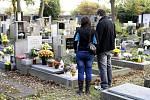 Památku zesnulých Dušičky si na pardubických hřbitovech o uplynulém víkendu připomínaly celé rodiny.