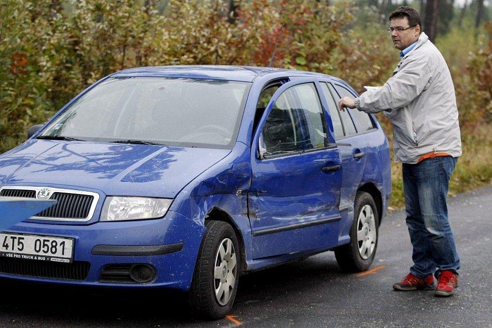 Zřejmě technická závada způsobila, že nákladní vozidlo za jízdy vyklopilo korbu. Bílou avii v protisměru tím doslova 'skalpovalo'. Celkem nehodu odneslo pět vozidel.