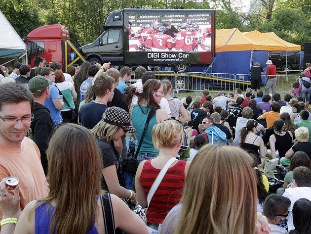 Čtvrtfinálový zápas českých hokejistů na mistrovství světa sledovali na velkoplošné projekci také návštěvníci pardubického Majálesu.