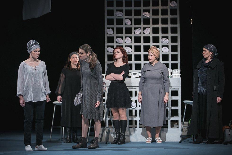 Dagmar Novotná s Petrou Janečkovou, Martinou Sikorovou, Janou Ondruškovou, Jindrou Janouškovou a Romanou Chvalovou v inscenaci Mikve.