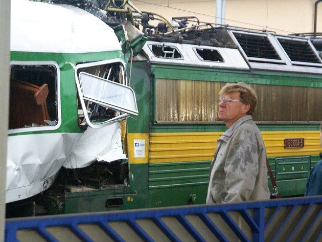 Lokomotiva v Moravanech se po nárazu zaklínila v posledním vagonu osobního vlaku. V její kabině zemřel strojvedoucí.