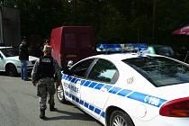Policejní technici prohlížejí vozidlo, které ale zlodějům nezůstalo dlouho