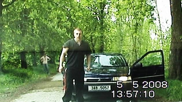 Zadržený pachatel a jeho komplicové přijeli ve vozidle s pražskou SPZ 3A8 5057