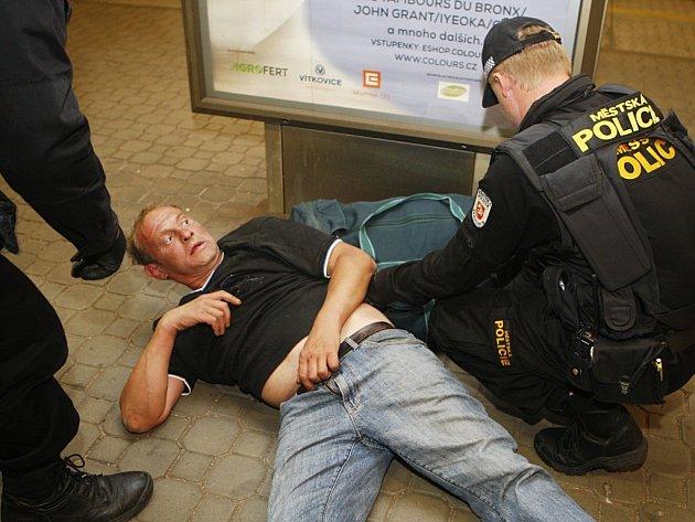 Opilý muž, kterého vyložili z vlaku, byl zcela namol. Strážníci jej nejprve nemohli ani probudit.