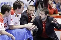 Pardubický kouč Dušan Bohunický uděluje pokyny hráčům. Jeho rady vnímají Travis Nelson a Jiří Šoula (vlevo).