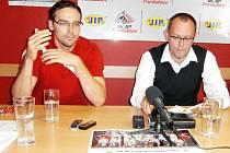 Hlavní slovo... Novým kapitánem BK JIP Pardubice je Lukáš Kotas (vlevo). Jeho názory si vyslechl na předsezonní tiskové konferenci i předseda představenstva klubu Pavel Stara.