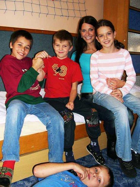 Miss aerobik Monika Horáková na návštěvě v dětském domově Bulharská