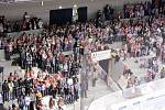 Protest na Jižní tribuně - základně pardubického hokejového fanklubu. Fanoušci v první třetině symbolicky opustili svá místa.