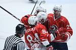 Hokejové utkání Memoriálu Zbyňka Kuséhp mezi HC Dynamo Pardubice (v červeném) a Mountfield Hradec Králové (v bíločerveném) v pardubické ČSOB pojišťovna ARENĚ.