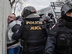 Těžkooděnci městské i státní policie museli při fotbalovém derby důrazně ukáznit agresivní fanoušky Hradce.