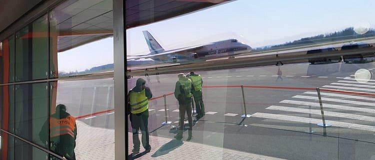Ve středu ve dvě odpoledne dosedlo na plochu další letadlo se zdravotnickým materiálem