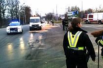 Hasiči a silničáři odstraňují z vozovky vyteklou brzdovou kapalinu