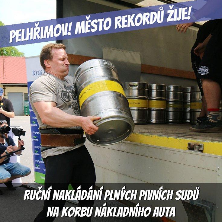 Ruční nakládání plných pivních sudů na korbu nákladního auta.