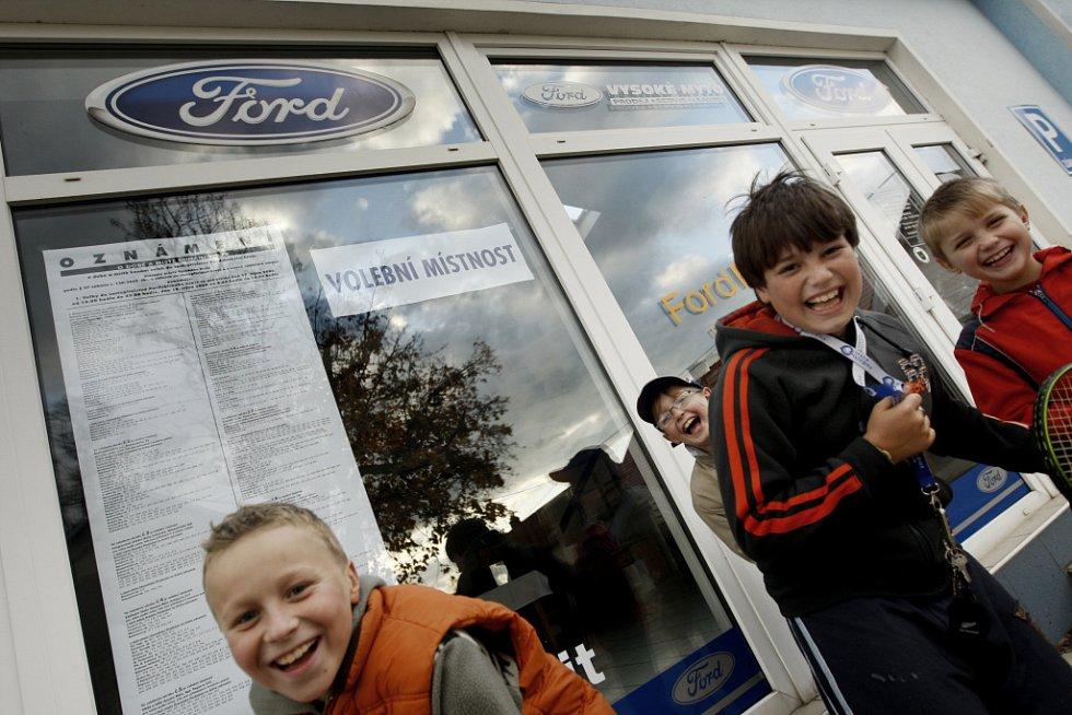 Ve Vysokém Mýtě se volilo v autosalonu Ford.