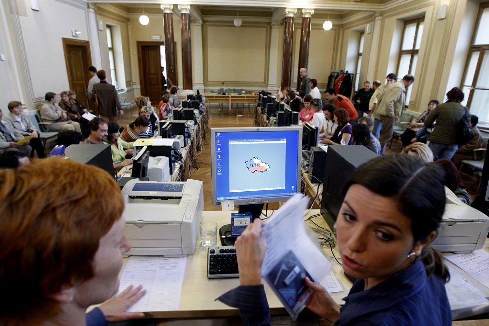 SČÍTACÍ MUMRAJ. Přebírací pracoviště na pardubickém magistrátu, kam směřovaly volební výsledky ze 144 volebních okrsků. Pracoviště obsluhuje 39 lidí.