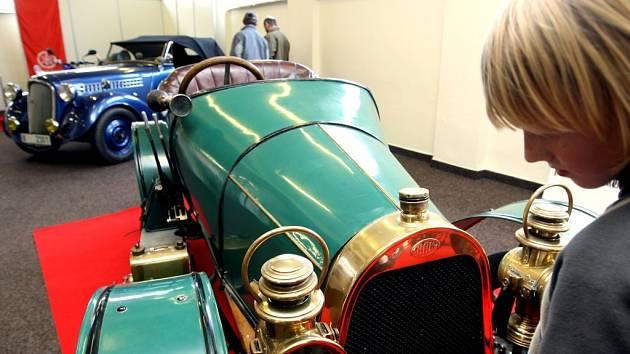 Výstava vozů starých i mladých v pardubickém Ideonu