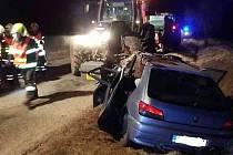 V Horních Ředicích došlo ke srážce auta s traktorem. Foto: HZS Pk