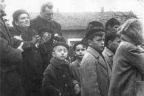 Státní pohřeb obětí neštěstí v Čeperce 19. listopadu 1960. Rodina Jarušky Hlaváčkové.