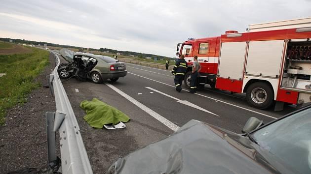 Další tragická nehoda na holickém obchvatu si vyžádala život 37 leté řidičky z Pardubic.