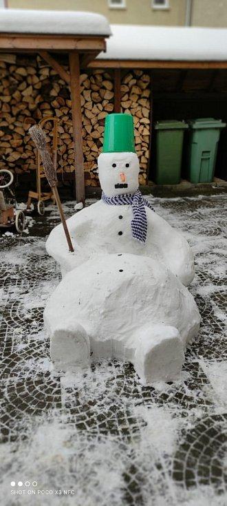 Pěkný sněhulák vyrostl ve Svitavách, jeho stavění se zúčastnila celá rodina Andrlova. Hlavním stavitelem byl strejda Petr a měl velkého pomocníka Šimonka, kterého můžete vidět na fotce.