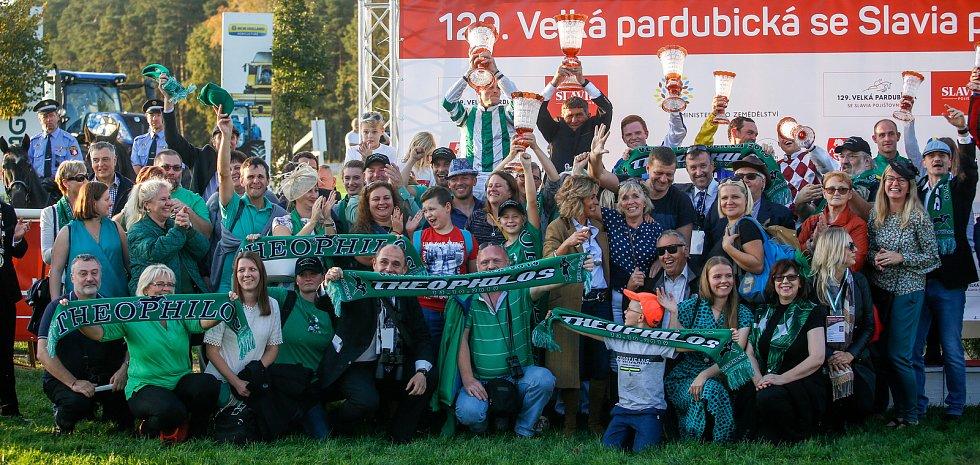Vítězem 129. Velké pardubické se Slavia pojišťovnou na pardubickém dostihovém závodišti se stal Theophilos s Josefem Bartošem.