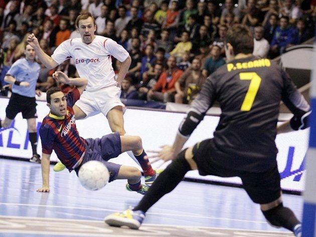 Hërně stačil. Lukáš Rešetár byl jedním z chrudimských hráčů, kteří se vyrovnali s kvalitami Barcelony, tentokrát však jeho střelu zneškodnil brankář Sedano, ve skluzu Jesus Aircardo.