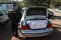 Kufr BMW byl plný nekolkovaných cigaret