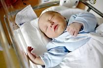 Tomáš Horáček se narodil 16. listopadu ve 12:21 hodin. Měřil 53 centimetrů a vážil 3510 gramů. Maminku Kateřinu u porodu podpořil tatínek Aleš a doma v Pardubicích čeká ještě dvacetiměsíční Terezka.