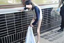 Opilá a zanedbaná žena předváděla u nádraží nechutnou podívanou...