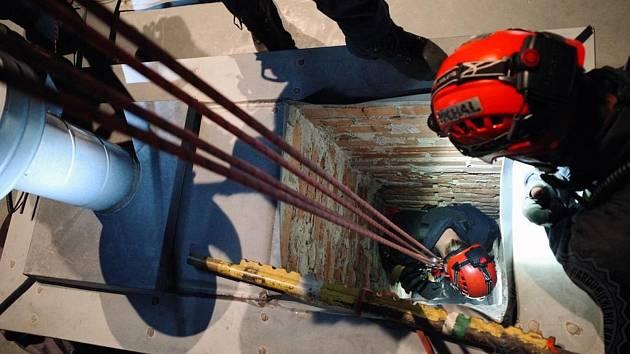 Cvičení hasičů: Zraněná osoba byla v komíně