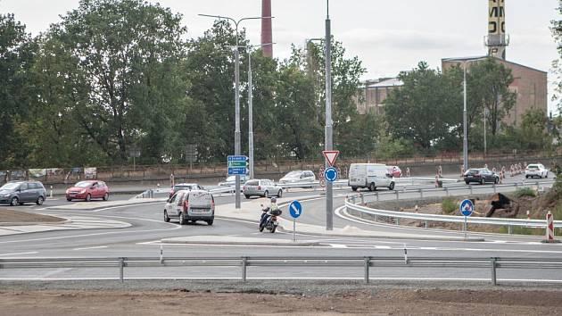 Kruhový objezd u Parama je v provozu, ovšem jen částečně. Po měsících trvající uzavírce dolní části této křižovatky však na kruhový objezd řidiči ještě úplně cestu nenašli. Nedodělaná dopravní stavba má jeden háček – fronty před ní stojí dál.
