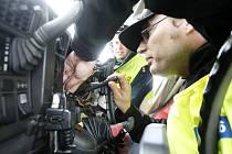 Technici dokonce rozebírají palubní desku a hledají zařízení ovlivňující práci tachografu, který hlídá dobu, kdy řidič smí a nesmí řídit.