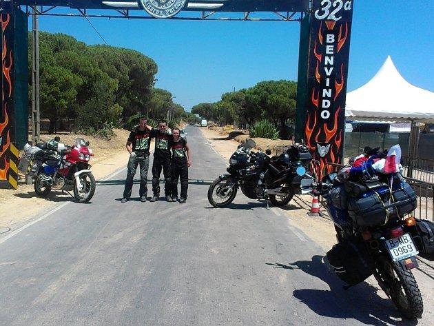 Portugalsko - V tamním městě Faro se loni  konal největší motorkářský sraz v Evropě, kde byli přítomni (na snímku zleva) i David Podoba, Tomáš Hrala a jeho přítelkyně Jana.