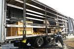 Na dálnici hořel kamion, náklad ale zničený není
