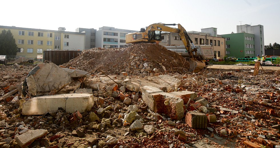 V Pardubické krajské nemocnici začal stavební bagr demolovat jednu z dominant Pardubic. Zbývající 21 metrová část z původně 38metrové stavby dokončené v rámci přestavby nemocnice ve 30. letech minulého století se poroučí k zemi. Kdysi elegantní technické