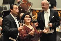 Pocta Verdimu. Sólisty nedělního pardubického koncertu v Domě hudby byl slovenský tenor Otokar Klein (zleva) a ruská sopranistka Marina Shaguch, dirigentem pak Jaromír M. Krygel.