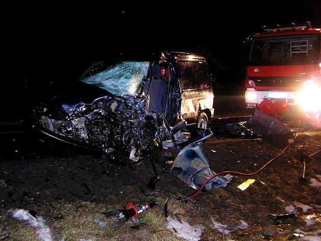 Nehodu dvou osobních vozidel mezi Časy a Horními Ředicemi (Pardubicko) jeden z řidičů nepřežil.