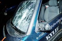 Vozidlo po nárazu řidič odstavil o několik stovek metrů dál. Až pak se přihlásil na policii. Projížděl městem s rozbitým sklem, na kterém ještě zůstala krev sraženého chodce a po kapotě rozstříknutý jogurt z nákupu, který sražený nesl