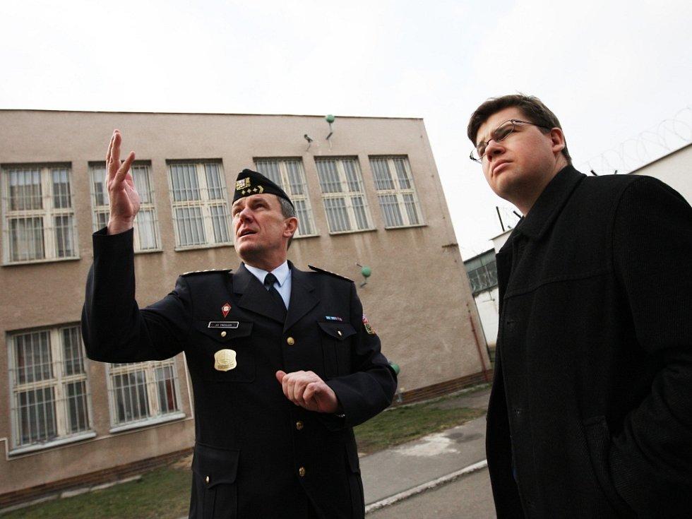 Ředitel pardubické věznice Jiří Tregler a ministr spravedlnosti Jiří Pospíšil (vpravo)